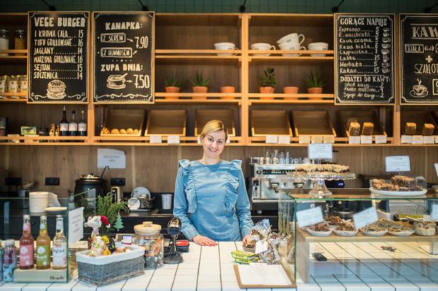 Klienci nie traktują nas jak kawiarnię, nie jak piekarnię. Sami zdecydowali, a my się dostosowaliśmy. Nawet zmieniliśmy godziny otwarcia, bo okazało się, że 7 to za wcześnie. To wyszło w tzw. praniu - mówi Magdalena Głuszek.