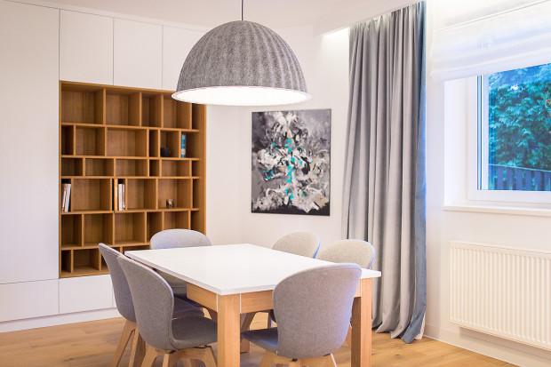 Jadalnia stanowi oddzielne, zaciszne pomieszczenie. Została połączona z niewielką biblioteką.