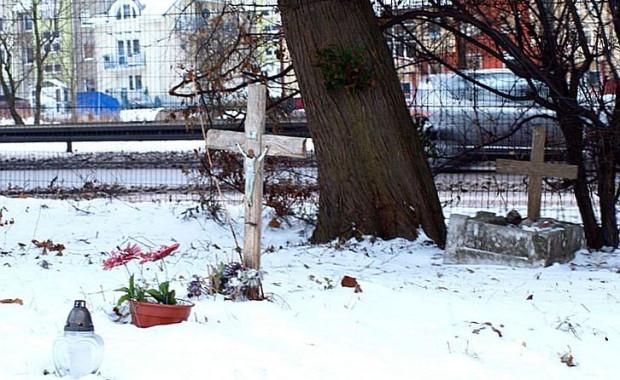 """Zapomniany cmentarzyk na Karwinach, zwany """"wojskowym"""", pierwotnie planowany jako cmentarz dla dzieci."""