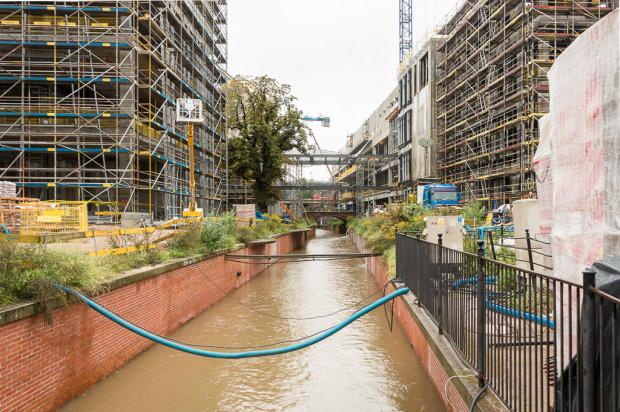 Tak jeszcze do niedawna wyglądał kanał Raduni na terenie budowanego centrum.