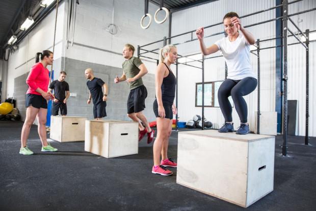 Crossfit to samodzielny, intensywny, krótki system treningowy, który skutecznie rzeźbi ciało i zwiększa wytrzymałość. Aby był bezpieczny, koniecznie musi być jednak dostosowany do poziomu wytrenowania ćwiczącego.