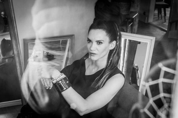 """Małgorzata Oliwia Sobczak, autorka powieści """"Ona i dom, który tańczy""""."""
