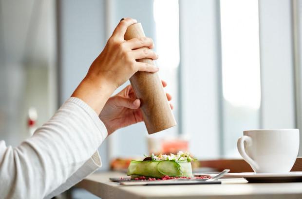 Dziennie powinniśmy spożywać produkty, w których łącznie znajduje się tyle soli, ile zmieściłoby się na małej, płaskiej łyżeczce - około 6 gramów.