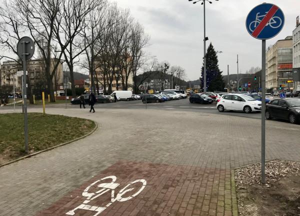 Budowa drogi w okolicach skweu Plymouth i Urzędu Miasta w Gdyni pozwoli na połączenie drogi rowerowej biegnącej wzdłuż al. Zwycięstwa.