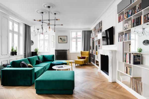Do wnętrz powróciły żywe kolory: zielony, żółty, różowy, fioletowy. Uwagę zwracają zdobione sufity i łazienki w stylu SPA.