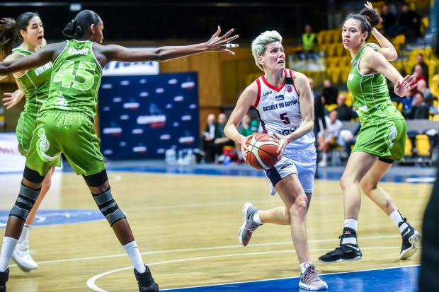Jelena Skerović (przy piłce) i jej koleżanki z Basketu 90 Gdynia do 1/16 finału Eurocup awansowały odrabiając stratę 4 pkt z pierwszego meczu z Umeą Udominate. Czy teraz powtórzą ten scenariusz we Włoszech przeciwko Virtus Eirene Ragusa?