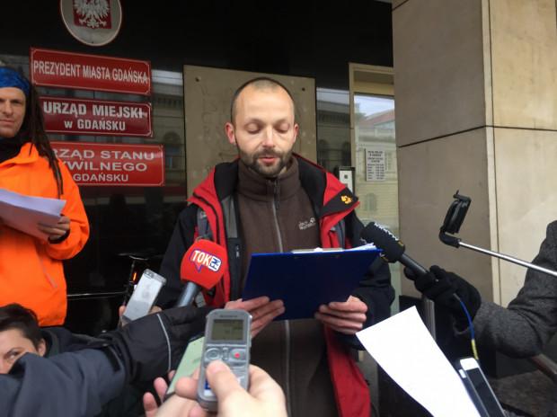 Roger Jackowski odczytuje pod Urzędem Miejskim w Gdańsku oświadczenie o zawiadomieniu prokuratury ws. budżetu obywatelskiego 2018.
