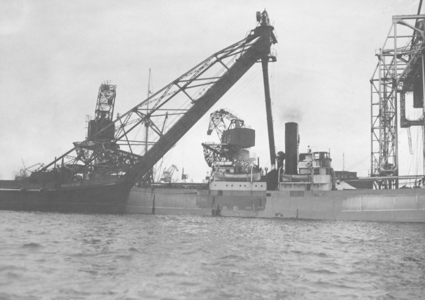 """Port morski w Gdyni w 1938 r. Na zdjęciu statki przy nabrzeżu szwedzkim, widok od strony basenu portowego. Na fotografii widoczny fragment węglowca """"Robur VII"""""""