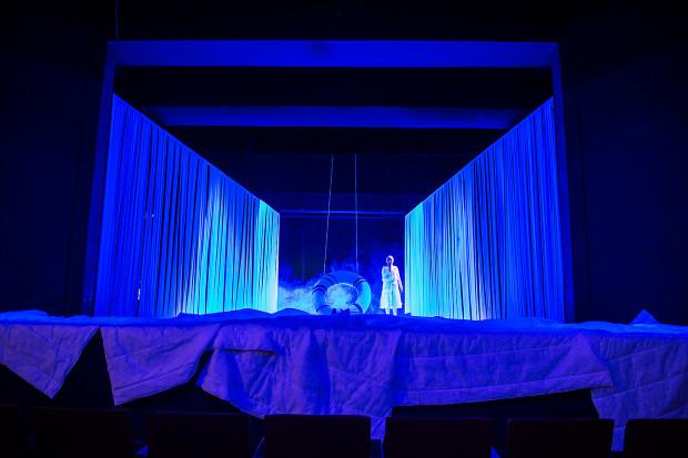 Całość odbywa się w ciekawie zaprojektowanej przez Giedrė Brazytė przestrzeni sypialni z wielką kołdrą i ścianami w kształcie trapezu, ze ściankami bocznymi, przez które przenikać mogą róże postaci.