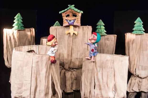 Za pomocą kukiełek stworzono ciekawą, plastyczną, pobudzającą wyobraźnię scenografię, w której łatwo pokazać m.in. chatkę Baby-Jagi czy las.