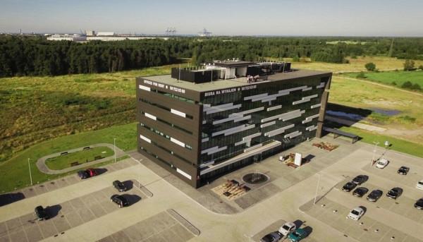 Siedziba Gdańskiego Centrum Multimedialnego mieści się w biurowcu Koga (Andruszkiewicza 5), zbudowanym przez Gdańską Agencję Rozwoju Gospodarczego, spółkę należącą do miasta i jednocześnie będącą jedynym udziałowcem Gdańskiego Centrum Multimedialnego.