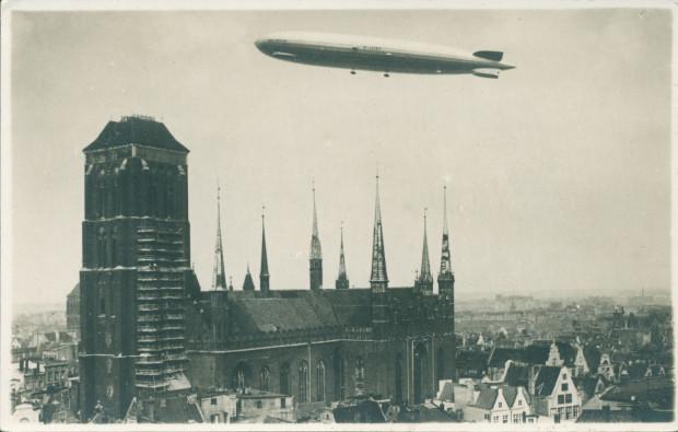 """""""Graf Zeppelin"""" nad kościołem NMP, 15 sierpnia 1929 r. (ze zbiorów Krzysztofa Gryndera)."""