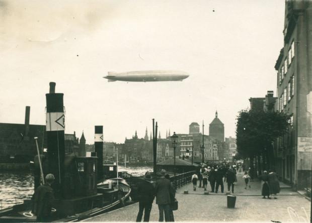 """Zdjęcie wykonane podczas niespodziewanego przelotu """"Grafa Zeppelina"""" nad Gdańskiem, 30 lipca 1931 r. (ze zbiorów Krzysztofa Gryndera)."""