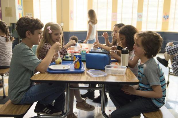 Poza Jacobem Tremblayem w roli Auggiego świetnie na ekranie wypadli też Noah Jupe i Millie Davis w roli szkolnych przyjaciół głównego bohatera. Cała trójka dała inspirującą i cenną lekcję o akceptacji, przyjaźni i solidarności.