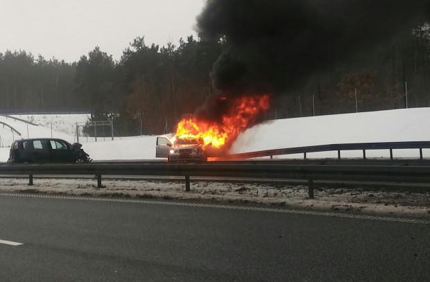 Skutki wypadku na autostradzie.