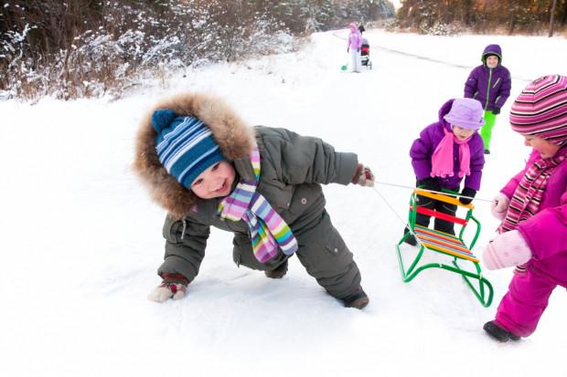 Zimowa aura już sprzyja temu, aby wyjść z domu i skorzystać z białego szaleństwa - osiedlowe górki jak co roku, gdy tylko sypnie trochę śniegiem, zaczynają cieszyć się popularnością.