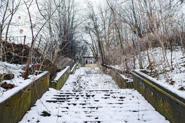 Ogromne schody prowadzące na teren byłej siedziby gdańskiego oddziału TVP od strony ul. Sobótki.