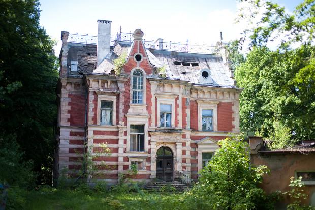 Neorenesansowa willa na terenie byłej siedziby gdańskiego oddziału TVP we Wrzeszczu. Fotografia pochodzi z 2013 roku. Obecnie budynek znajduje się w jeszcze większej ruinie.