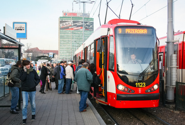 Zamiana komfortowego podróżowania autem na zatłoczony tramwaj to niełatwa decyzja.
