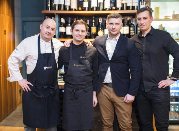 W piątkowy wieczór po raz kolejny odbyła się kolacja degustacyjna z cyklu Guest Chef w Fedde Bistro w Gdyni. Na zdjęciu: Jacek Fedde - właściciel i szef kuchni w Fedde Bistro, Robert Skubisz - gość specjalny, Tomasz Kalenik - sommelier i Mirosław Wasik - manager Fedde Bistro.