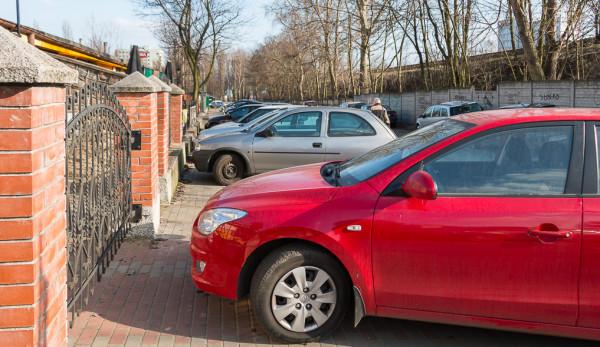 We Wrzeszczu Dolnym nie tylko trudno zaparkować, ale nawet przejść pieszo. Nz. ul. Biała.