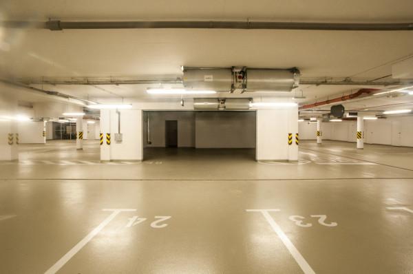 Za komfort korzystania z dodatkowego miejsca postojowego w hali garażowej zapłacić trzeba w Trójmieście nawet 44 tys. zł. W przypadku pojedynczych inwestycji w halach garażowych wydzielane są indywidualne, zamykane bramą garażową miejsca (na zdjęciu Tre Mare Residences w Jelitkowie).