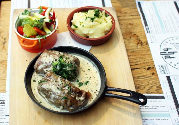 Gołąbki z gęsi i kaszy z sosem ziołowym, tłuczonymi ziemniakami i sałatką sezonową.