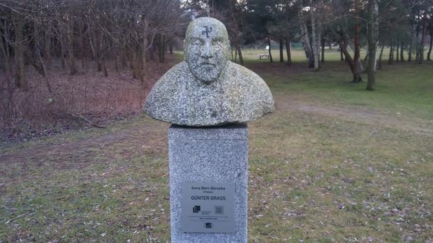 Zniszczony pomnik Guntera Grassa.