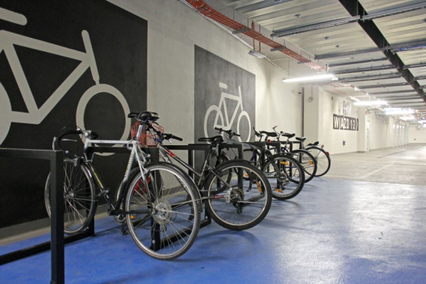Miejsca postojowe dla rowerów w podziemnej hali kompleksu biurowego Alchemia.