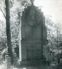 Przy pomniku rosyjskich jeńców na cmentarzu przy Bramie Oliwskiej. Na zdjęciu Anna Grigoriewa, żona Piotra Grigoriewa, żołnierza poległego w czasie II wojny światowej. Lata powojenne.