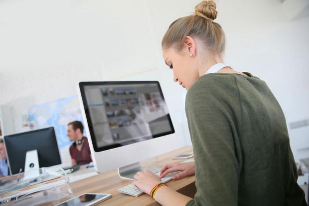 Kształcenie się na odległość w obliczu rozwoju technologii i jej pełnego wykorzystywania w komunikowaniu się staje się prawdziwym wyzwaniem dla szkolnictwa wyższego.