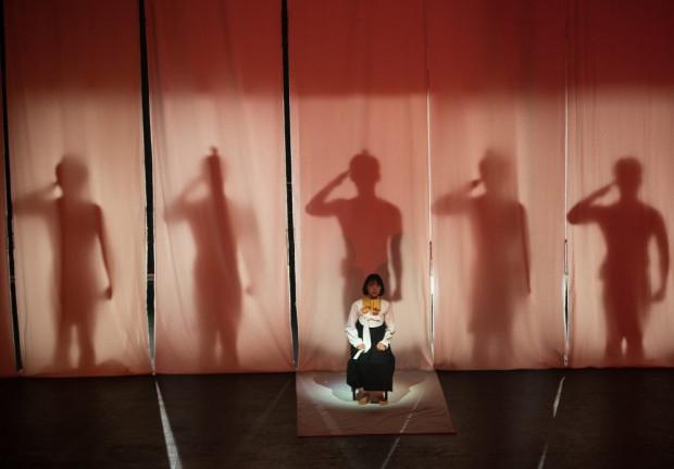Najbardziej efektowną sceną spektaklu jest złowieszcze nadejście Japończyków, zbudowane m.in. za pomocą teatru cieni i wykorzystujące tradycyjne tańce japońskie.