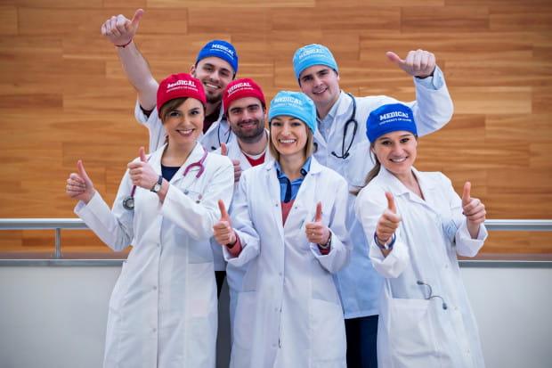 Po ukończeniu nauki lekarze i dentyści zyskują jedynie ograniczone prawo wykonywania zawodu. Pełne prawo zyskają dopiero zdając Lekarski bądź Lekarsko-Dentystyczny Egzamin Końcowy.