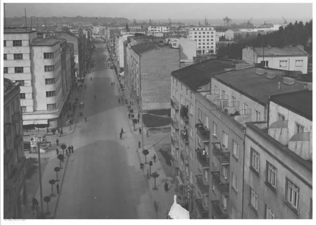 Gdynia przed II wojną światową. Widok z lotu ptaka ulicy Świętojańskiej. Widoczny słup ogłoszeniowy, w tle stocznia.