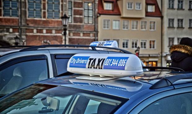 Policja prowadzi śledztwo dotyczące zarówno pobicia taksówkarza, jak i uszkodzenia jego auta.