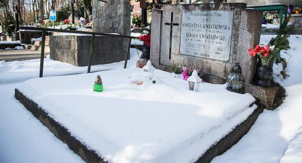 Zdaniem dyrekcji ZCK stan pomnika matki Eugeniusza Kwiatkowskiego jest zadowalający. Powodem przechylenia nagrobka ma być deszcz i śnieg.