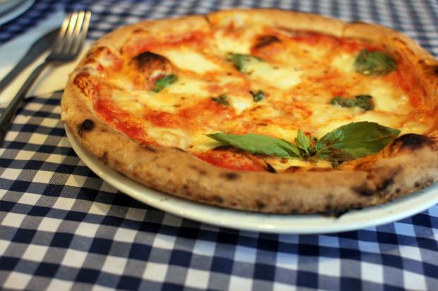 Pizza Margherita  - sos pomidorowy, mozzarella, bazylia.