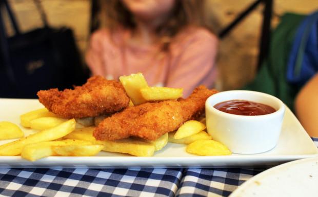 Pollo fritto - panierowany, smażony filet z kurczaka, domowe frytki, ketchup.