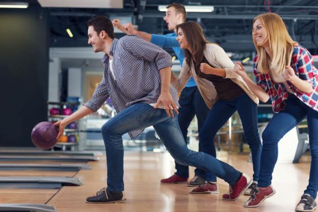 Walentynki aktywnie można spędzić grając w kręgle.
