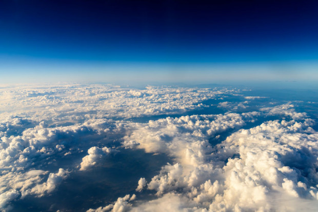 Widok na naszą planetę z wysokości ok. 12 km. Niewiele niżej rozpoczyna się stratosfera, która rozciąga się do wysokości ok. 50 km nad powierzchnią Ziemi.