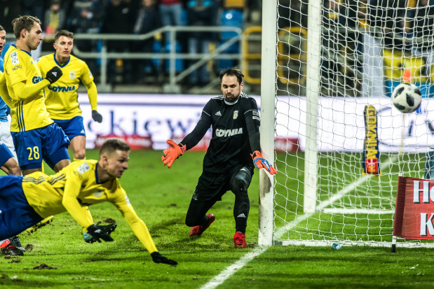 W Krakowie piłka nie była posłuszna Pavelsowi Steinborsowi. Aż cztery razy znalazła drogę do bramki Arki Gdynia, a jednego gola arbiter nie uznał.