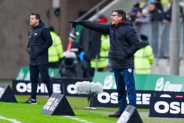 Waldemar Fornalik (na pierwszym planie) i piłkarze Piasta Gliwice najwyraźniej wskazali inną rolę Lechii Gdańsk wiosną niż taką, którą zakładał Adam Owen. Czy szkoleniowiec biało-zielonych jest w stanie wyciągnąć właściwe wnioski?