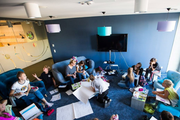 Szkoła minimalizuje obecność uczniów w ławkach i maksymalizuje pracę w grupach nad różnymi projektami.