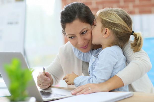 Wiele kobiet staje przed dylematem, jak pogodzić pracę z opieką oraz wychowywaniem dziecka.
