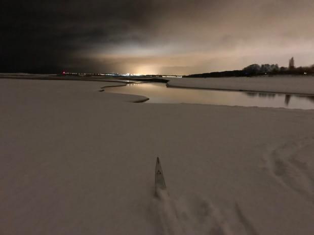 Plaża to świetny teren do biegów narciarskich, nawet po ciemku. Najlepiej korzystać jednak z nich tuż po opadach śniegu.