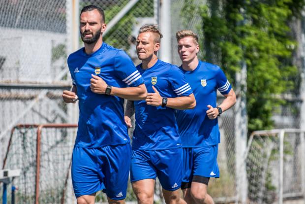 Z tego zaciągu Arki Gdynia z lata ubiegłego roku w z pierwszą drużyną obecnie nie trenuje już nikt. Michał Żebrakowski (z prawej) został wypożyczony, Adam Danch (w środku) jest kontuzjowany, a Tomas Kosut (z lewej) rozwiązał kontrakt za porozumieniem stron.