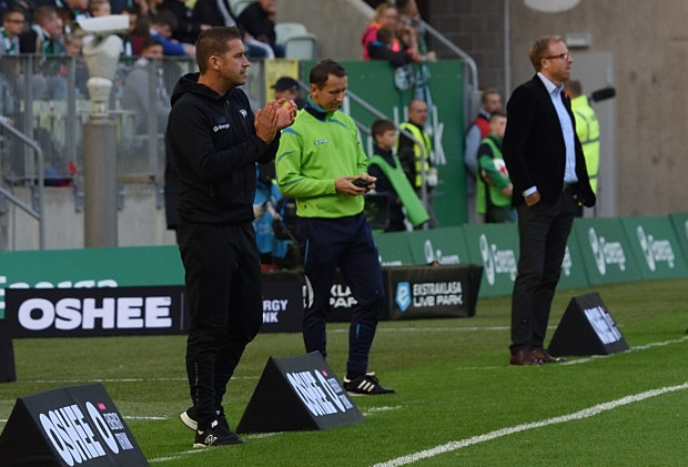 30 września 2017 roku  Adam Owen w debiucie w ekstraklasie ograł Zagłębie i Piotra Stokowca (z lewej). Czy w piątek w Lubinie potrafi obronić posadę?
