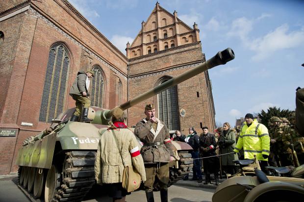 Defilada Pamięci Żołnierzy Wyklętych z udziałem grup rekonstrukcyjnych, kibiców piłkarskich oraz mieszkańców Gdańska sprzed dwóch lat.