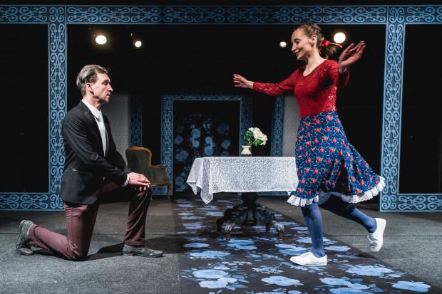 Antoni (Jakub Kamieński) zamierza poślubić Nataszę (Angelika Olszewska). Nie wie jeszcze, że od podjęcia decyzji do realizacji tego przedsięwzięcia czekać go będzie długa i kręta droga.