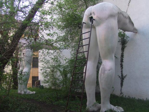 """David Cerny i jego instalacja pt. """"We're the Champions"""" znajdująca się w Pradze."""